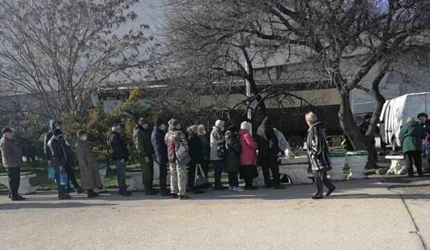 Голодные севастопольцы выстраиваются в очередь за бесплатными обедами