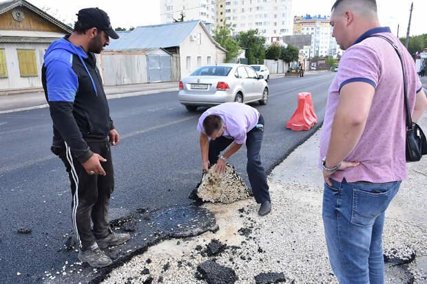 В Орле депутат в ходе проверки порвал асфальт на новой дороге