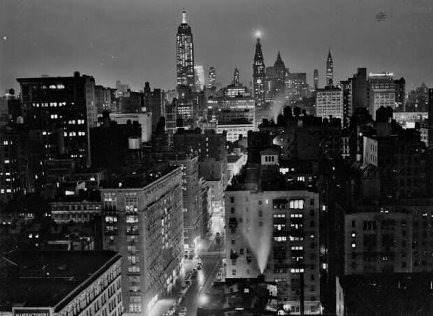 Дождливый вечер в Нью-Йорке, вид на север с улицы Юниверсити-плейс, сентябрь 1939 года