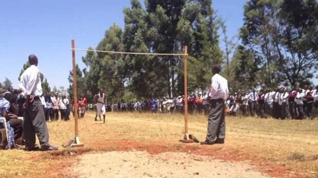 Урок физкультуры в кенийской школе. Стадион, игровое поле, беговые дорожки? О чём вы?! прикол, школа, юмор