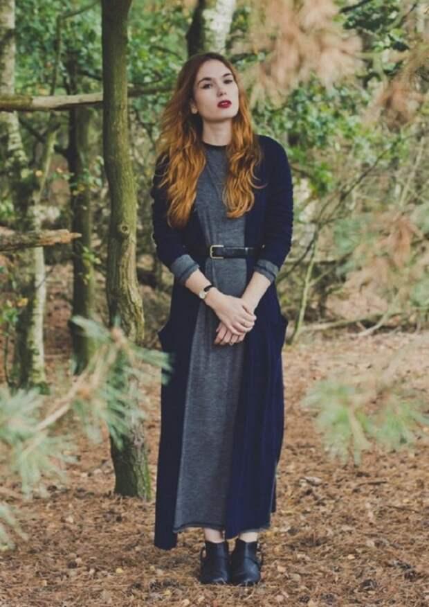 Кардиган в сочетании с платьем и поясом формирует стильный образ. / Фото: nemodno.com