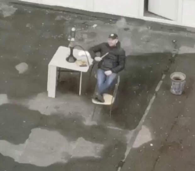 Когда жизнь даёт тебе лимоны в виде квартиры над козырьком магазина – делай на них...