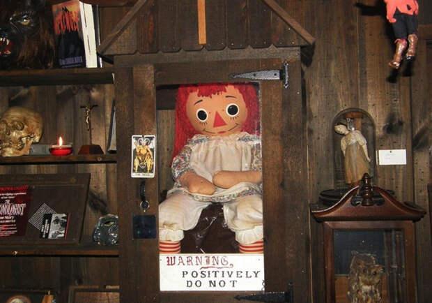 6 пугающих историй о таинственных куклах: Одержимость демонами, Барби на алтаре и др.