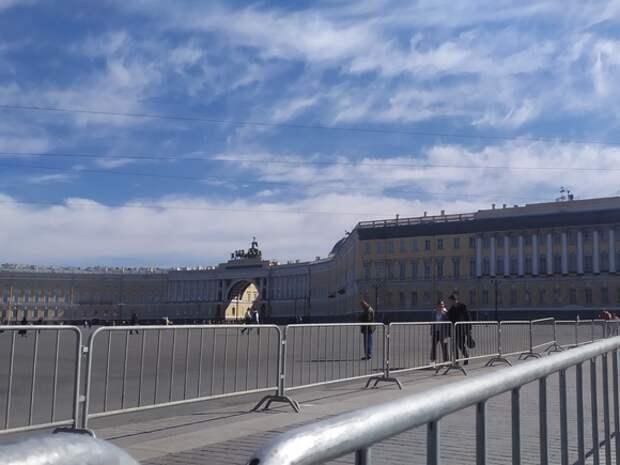 «Потом все перекроют»: в Петербурге родителей просят пораньше забрать детей из школы рядом с Дворцовой площадью