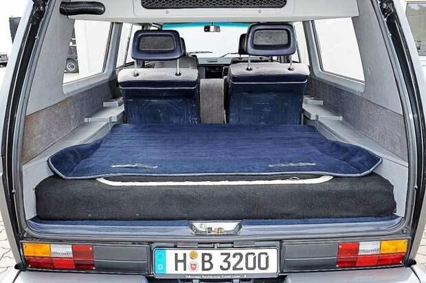 Даже с поднятым на 15 см уровнем пола места в багажнике вполне достаточно Volkswagen Transporter, porsche, авто, автомобили, микроавтобус, олдтаймер, ретро авто