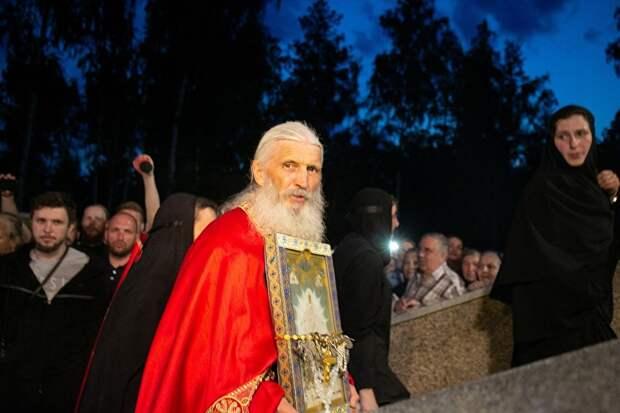 """Схиигумен Сергий провел свои """"Царские дни"""", куда тоже пришло немало людей"""