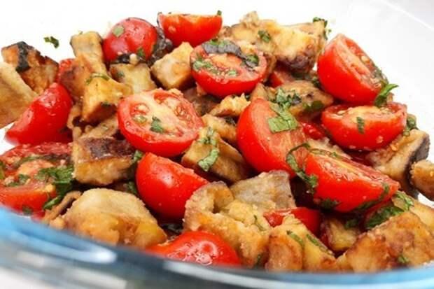 Фото к рецепту: Салат из баклажанов с помидорами с вкусной заправкой