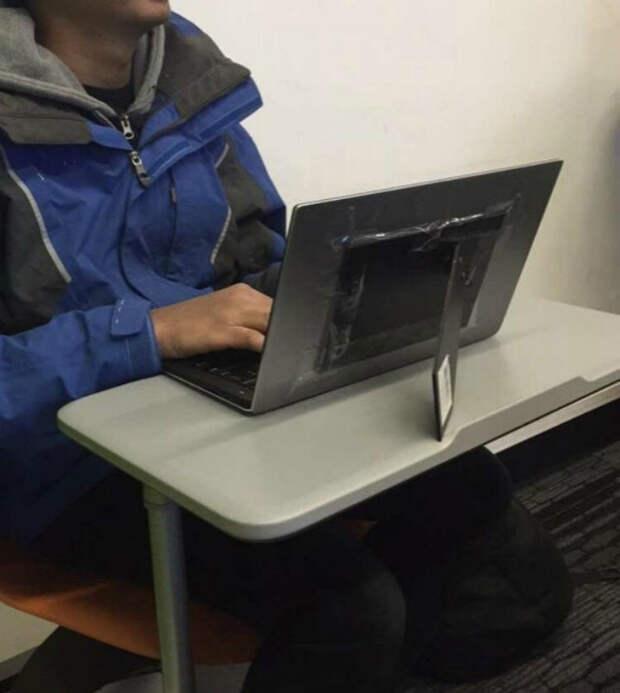 Временный ремонт крышки ноутбука. | Фото: Reddit.
