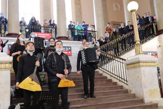 На железнодорожном вокзале в Петрозаводске состоялся концерт ко Дню Победы