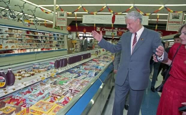 Народный депутат СССР Б.Н. Ельцин в супермаркете во время визита в США. Хьюстон. Штат Техас. США. 1989 год.