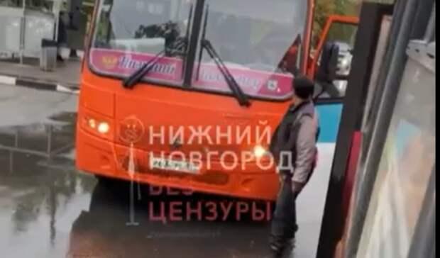 Вооруженный водитель маршрутки вНижнем Новгороде пытался напасть наколлегу