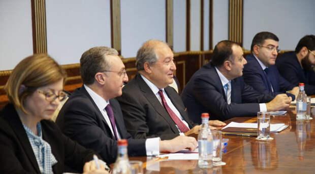 «Мы чтим подвиги отцов и дедов». Лидеры Армении направили Путину поздравления