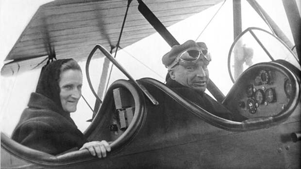Валерий Чкалов со своей матерью. 1938 год