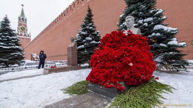 Рекордное число гвоздик на могилу Сталина