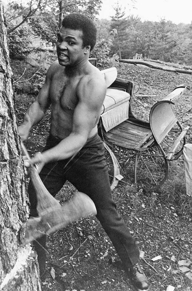 Мухаммед Али тренируется с топором. 1974