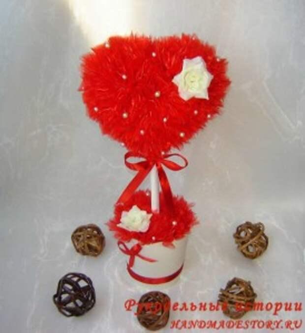 Красный топиарий в виде сердца