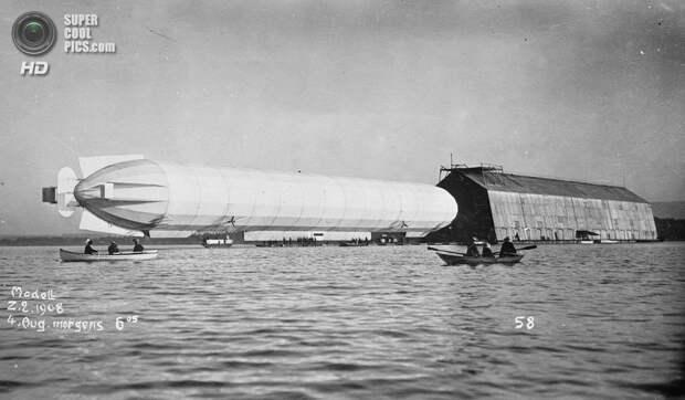 4 августа 1908 года. Дирижабль «Цеппелин» на воде. (Library of Congress)
