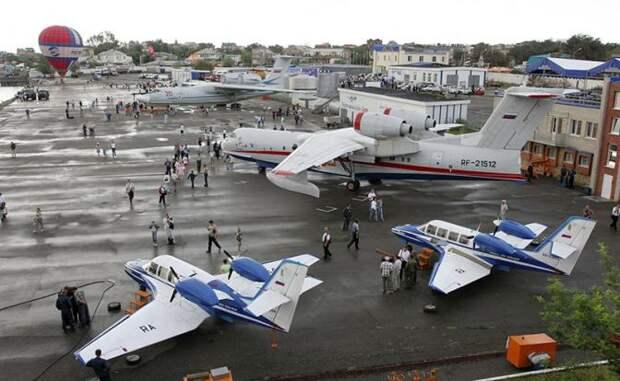 На фото: самолеты-амфибии Бе-200 и Бе-103 (слева направо на первом плане), А-40 (на втором плане) и А-42 (на третьем плане)