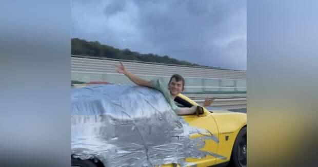 В Сочи задержали на 5 суток водителя кабриолета, который вез блогера, приклеенного к кузову скотчем