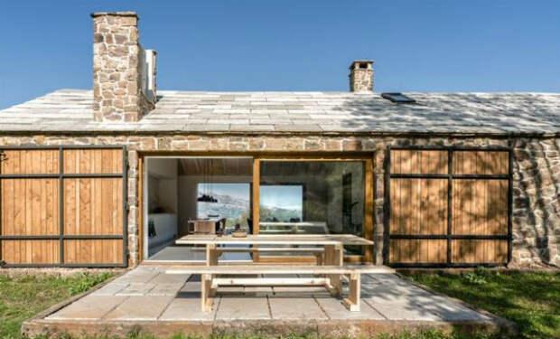 Пара купила старый хлев и превратила его в дом из будущего. Больше не платят за свет, а вырабатывают энергию сами