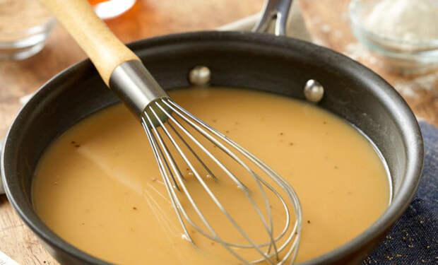 Грязную сковороду после мяса не моем, а за 5 минут делаем из остатков жарки ресторанный мясной соус