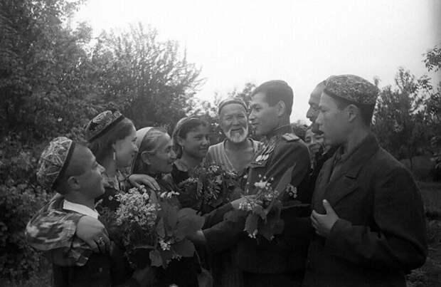 Семья встречает сына с войны. Ташкент. 1946 г