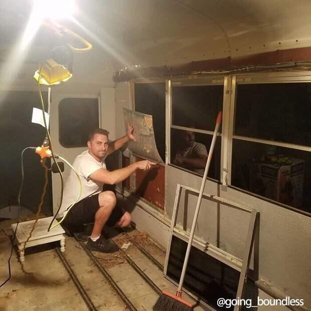 Ребята поменяли двигатель, окна, сами продумали и сделали ремонт, а также дизайн дома на колесах