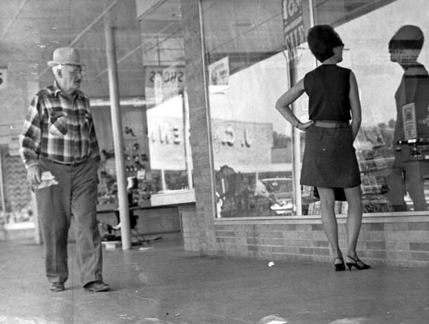 Ретро фотографии, запечатлевшие попытки мужчин прошлого разглядеть внутренний мир винтажных девушек.