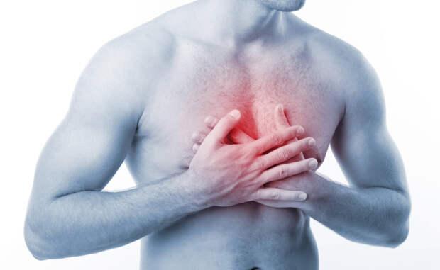 Боль в груди Обязательно обратитесь к врачу. Боли в груди, особенно постоянные, просто так не возникают никогда. Чувствуете онемение левой руки, острую боль в челюсти и одышку? Скорее всего, это признаки инфаркта.