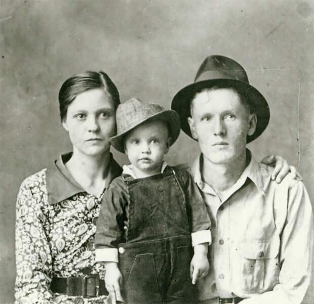 Элвис Пресли с родителями в 1938 году.