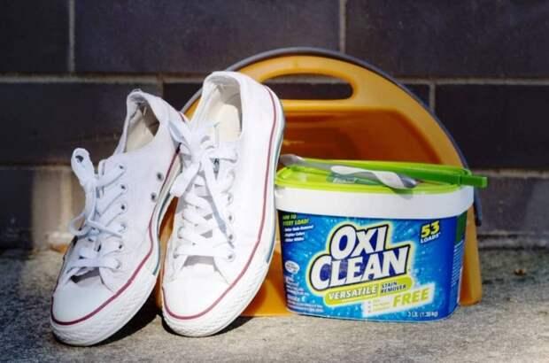 В порошковом растворе можно заодно и постирать белую текстильную обувь / Фото: cleanadvice.ru
