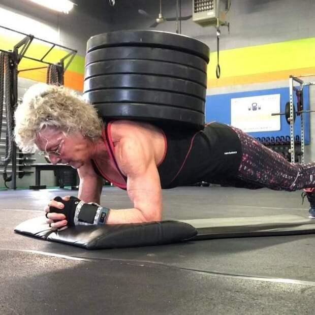 Бабушка на максималках: 71-летняя пауэрлифтерша играючи жмет штангу