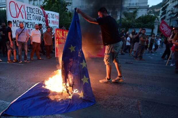 В Афинах жгут флаг ЕС