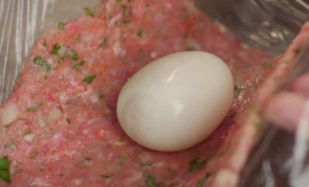 Заворачиваем яйцо в фарш и превращаем в ужин