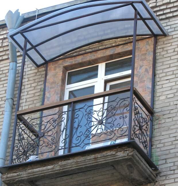 Как красиво и практично обыграть железные перила на балконе? 6 идей для подражания