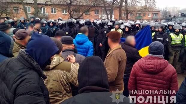 Столкновения, ненависть и горящие покрышки: украинцы вышли на «коронавирусный майдан»