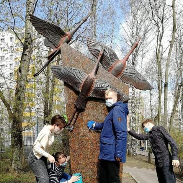 Ученики школы № 1223 привели в порядок памятник на Коптевском бульваре