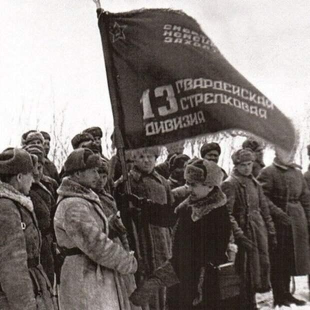 Вручение гвардейского знамени 13-й гвардейской стрелковой дивизии