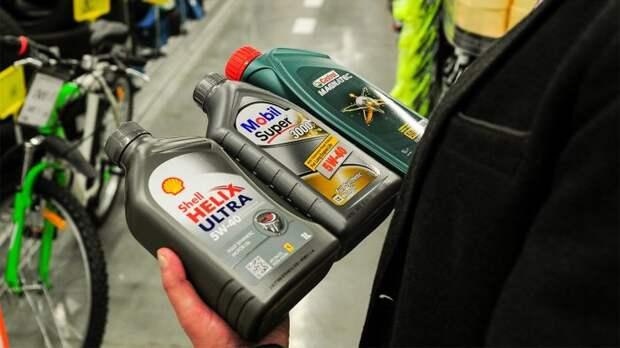 Почему автомобилисты со стажем стремятся брать моторное масло в литровых канистрах