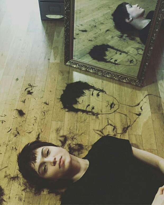 Автопортрет из волос художницы Lena Brauner
