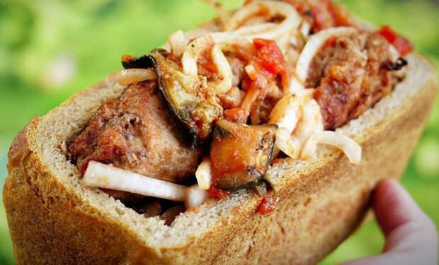 Кладем шашлык внутрь буханки хлеба: съедают без остатка