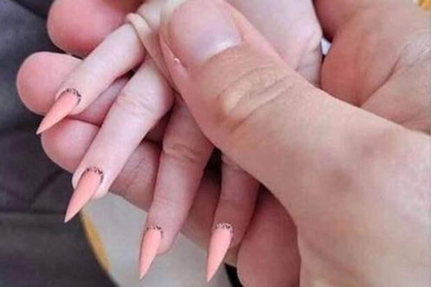 Мать обвинили в жестоком обращении с ребенком за наращенные ногти маленькой дочери