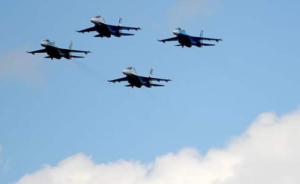 На фото: истребители Су-27
