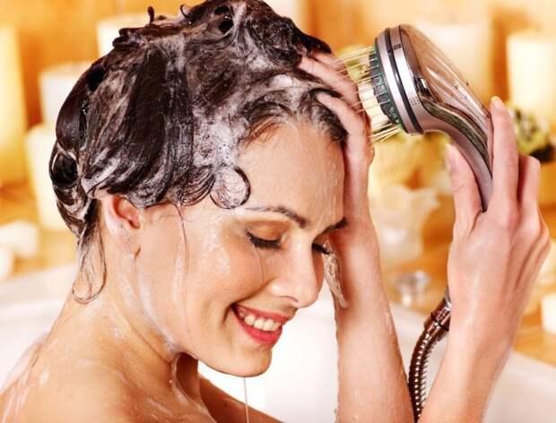 Мойте волосы количеством шампуня 3 на 3 сантиметра на серединке вашей ладони. / Фото: u-f.ru