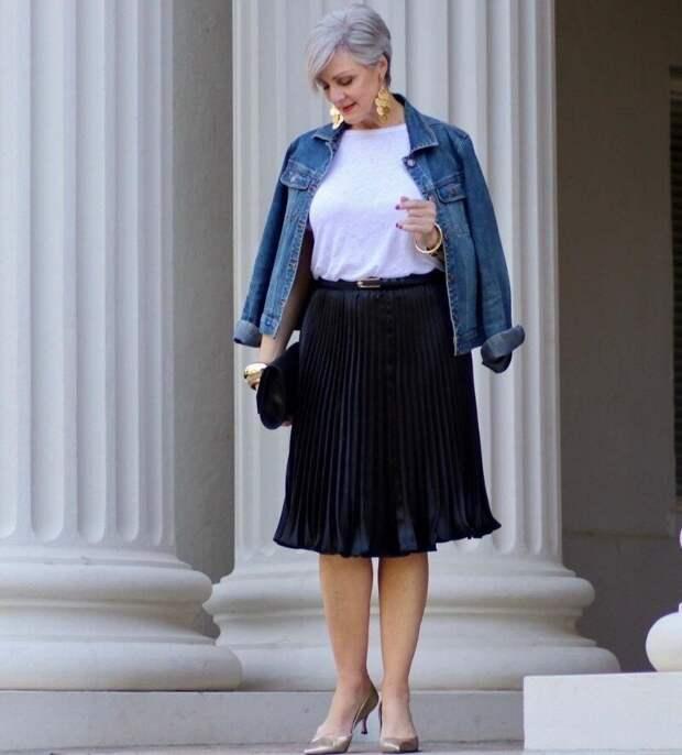 Джинсовая куртка и рубашка на женщинах старше 50: 10 образов для весны