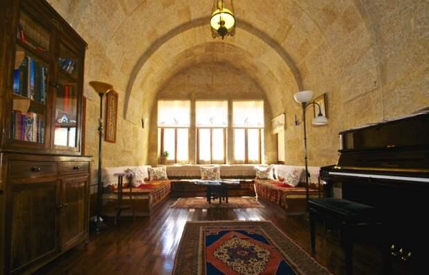 Светлая и просторная гостиная пещерного отеля Esbelli Evi