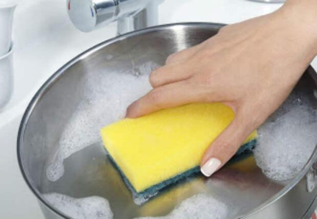 Чистим сковородки от нагара и жира: залили кипятком с содой