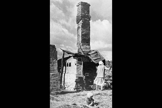 От сгоревшего дома осталась только печь. 1944 год. / РИА Новости