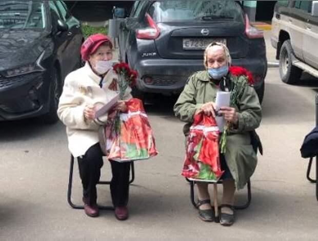 Руководители района Лианозово и школьники поздравили ветеранов