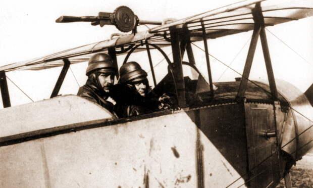 Сержант Гинемер и адъютант Атен в кабине «Ньюпора»-10 с номером N302. Пулемёт на установке закреплён на боку — скорее всего, чтобы наблюдателю было легче менять на нем диски. Этот самолёт исходно отличался от прочих «Ньюпоров» 3-й эскадрильи только синим цветом серийного номера на руле поворота, а позже получил и индивидуальные обозначения в виде кокард на дисках колёс - Самый известный «Аист» | Warspot.ru